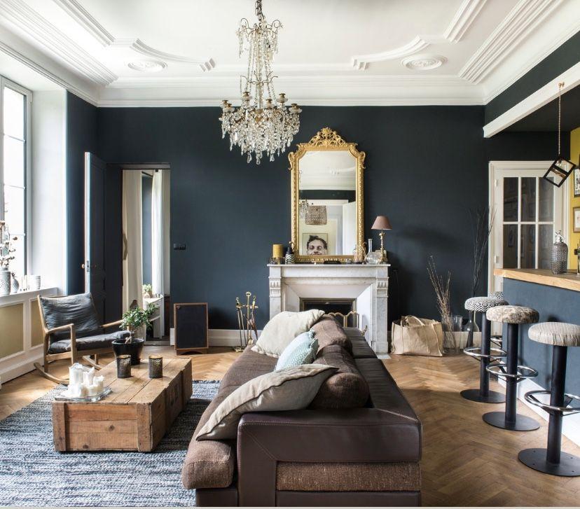Appartement haussmannien Appartement peint avec la couleur Hague Blue de chez Farrow and Ball cuisine ouverte PMC parquet point de Hongrie moulures cheminée