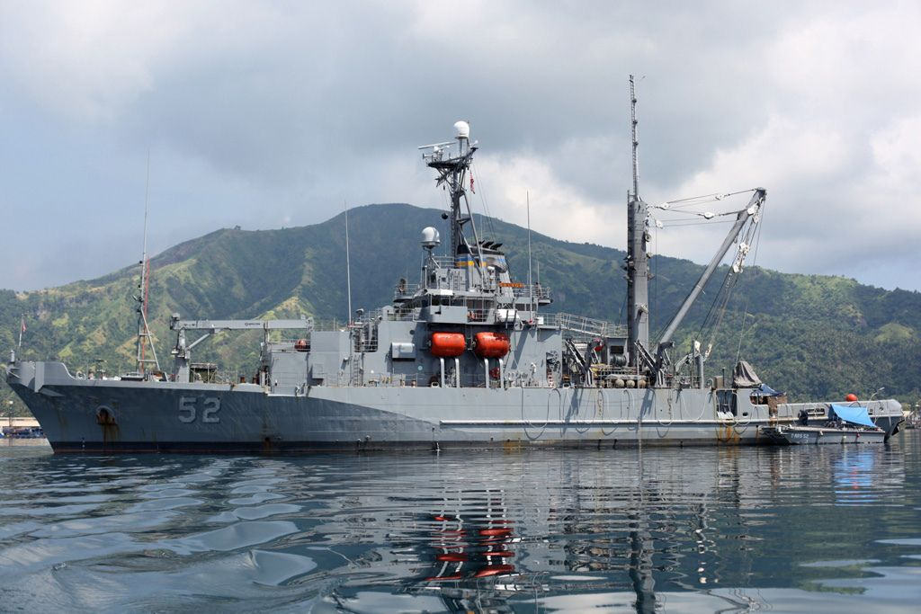 File:US Navy 050203-N-0295M-005 The Safeguard-class rescue ... |Navy Salvage Ships