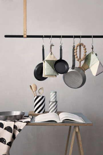 Vaatetanko ei häpeile keittiössäkään, pannut saa näin hienosti järjestykseen roikkumaan. #etuovisisustus #diy #room21