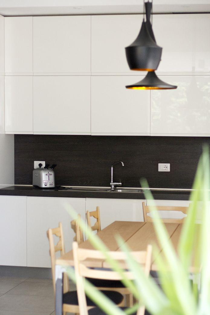 Cucina laccata bianca, top a contrasto, tavolo in ferro e legno di ...