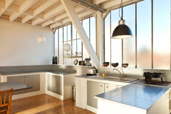 Helle, luftige Küche mit großen hängenden Stehleuchte und 2 weiße ...