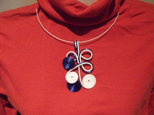 collier fil alumnium  bleu foncé et blanc