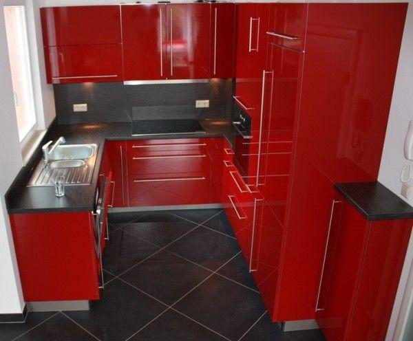 Installation d\u0027une cuisine équipée rouge avec poignées grises et - Plan De Travail Cuisine Rouge
