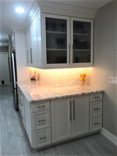 Best White Cabinets Paired With A Grey Linear Backsplash 640 x 480