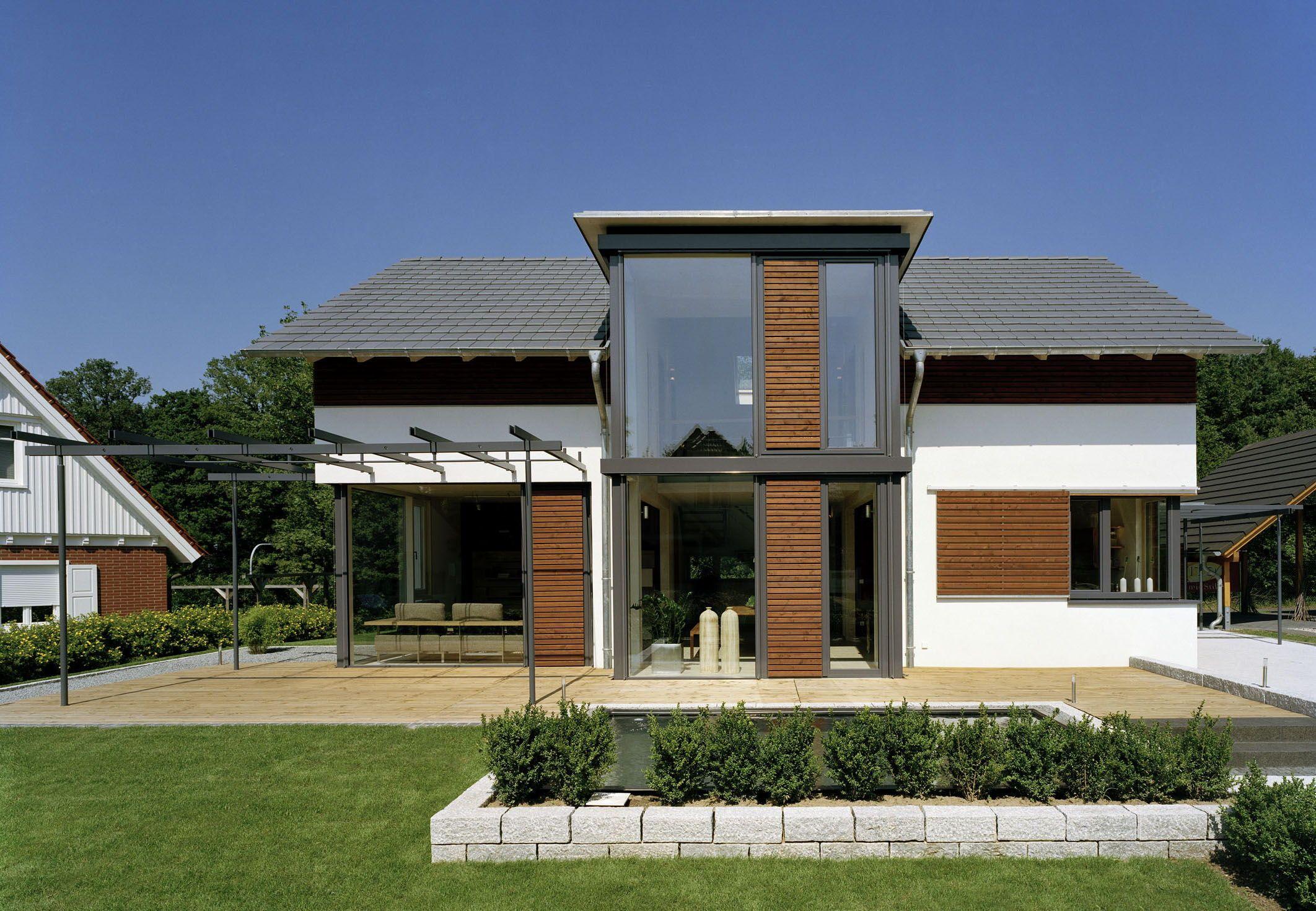 Satteldach Haus modern mit Quergiebel & Holz Putz Fassade