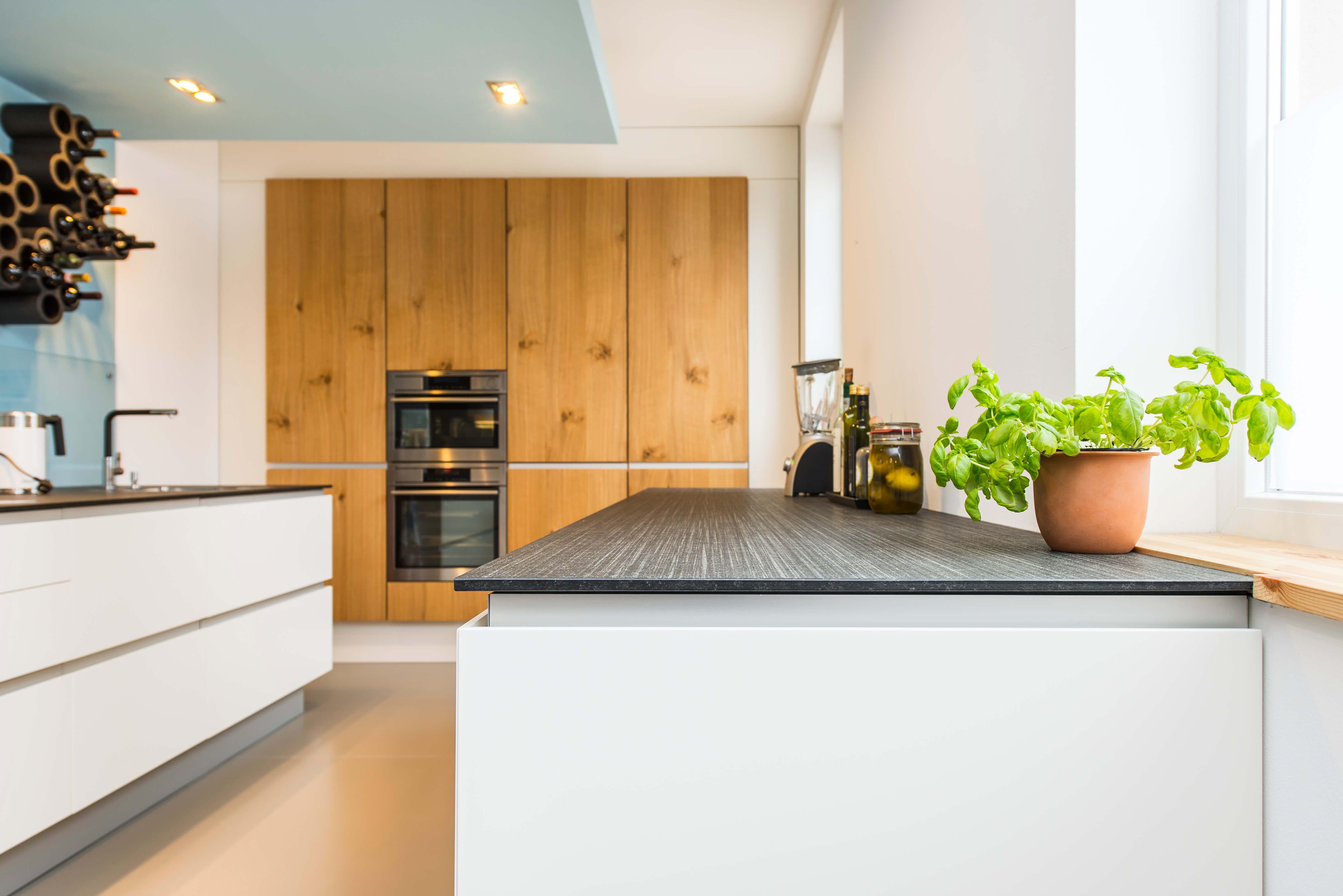 Skandinavisches Design Moderne Wohnkuche Im Alten Weinmeisterhaus Kuchenfinder Arbeitsplatte Wohnkuche Kuche Gestalten