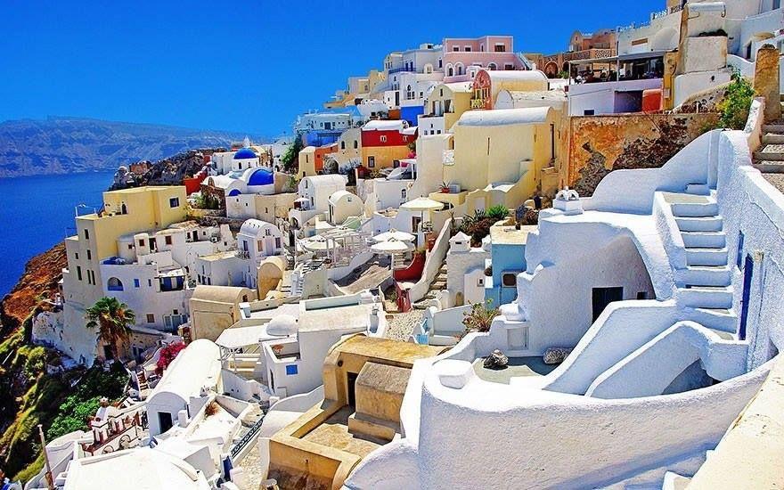Ilha de Santorini, na Grécia. Parece uma pintura.