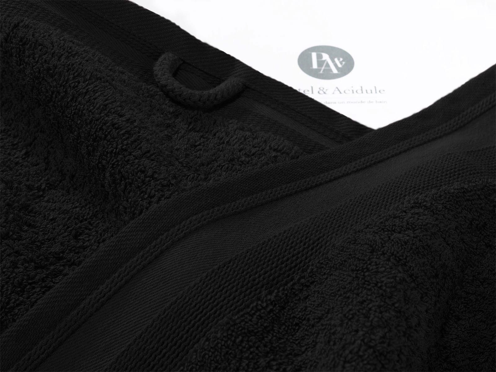 Couleur Vésuve.  Zoom Serviette de Toilette.  50x100 cm - 600gr/m2.    Grâce à son toucher moelleux, cette serviette de toilette de la collection de linge de bain Noir Vésuve deviendra vite votre meilleure complice beauté. Raffinée, agréable comme une caresse, elle respectera votre peau et vos cheveux, pour des moments de quiétude et de volupté.