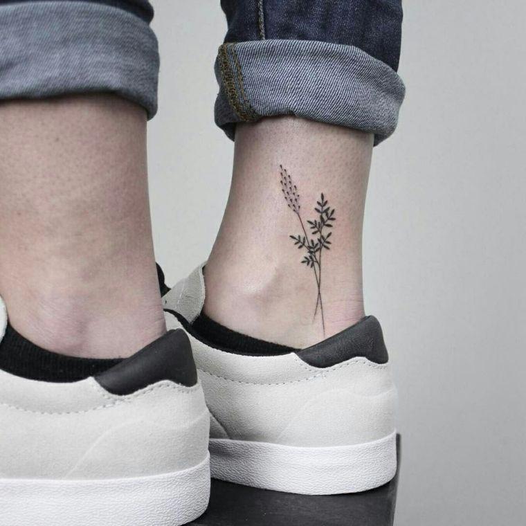 Idee tatuaggi piccoli sulla caviglia, uomo con un tattoo di fiori sulla  gamba