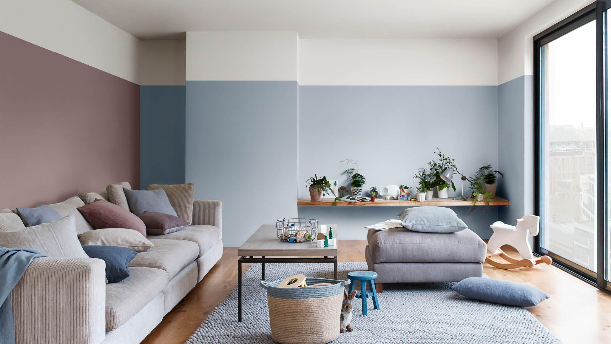 Woonkamer in de kleuren blauw en Heart Wood   2018 Color Trends ...