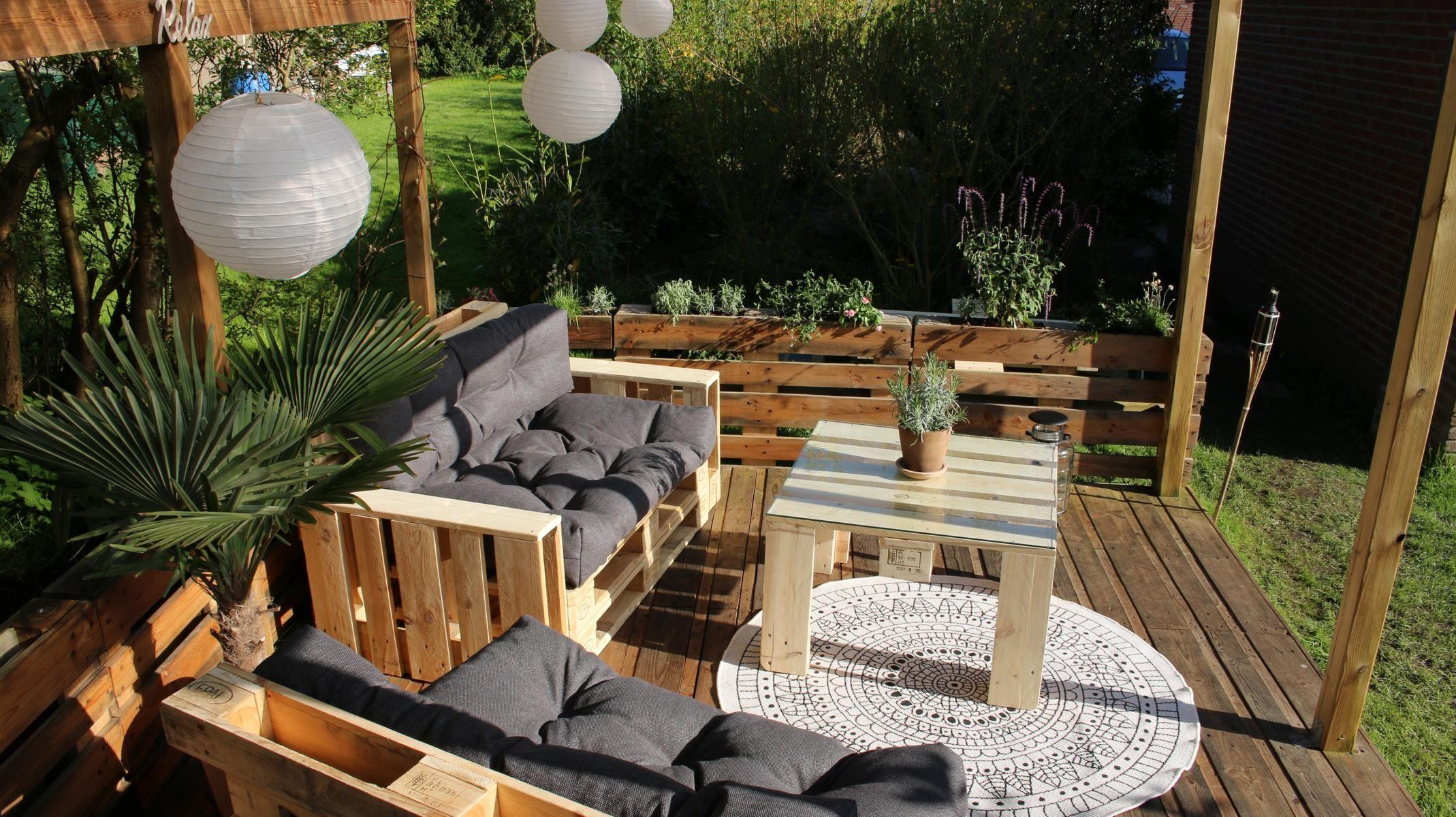 Lounge Of Pallets With Pallet Cushions Pallet Furniture Diy Terrasse Aus Paletten Möbel Aus Paletten Palettenmöbel Selber Bauen