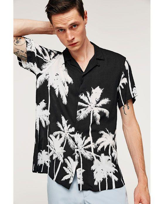 b58249e03 Camisa estampada de palmeras. Modelo de cuello solapa y manga corta ALTURA  MODELO: 189 CM TALLA L