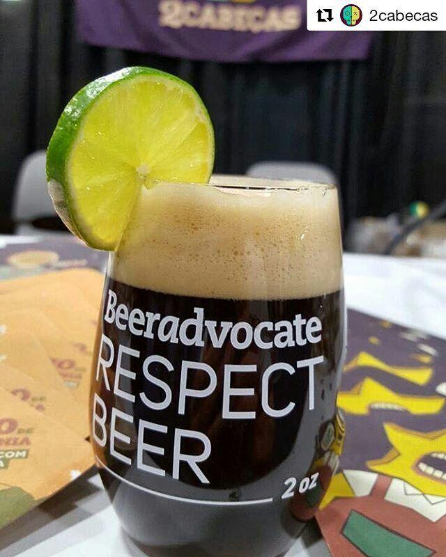 No último fim de semana a @2cabecas foi a primeira cervejaria brasileira a participar do Extreme Beer Festival em Boston. Entre as cervejas apresentadas estava a Black Caipirinha uma Black IPA com bálsamo e limão. A cerveja será lançada no Brasil durante o Festival Brasileiro da Cerveja que acontece de 8 a 11 de março em Blumenau.  #cerveja #beer #cerveza #bier #birra #instabeer #craftbeer #beerporn #beerstagram #cheers #drinklocal #drinkcraftbeer #beertography #beerlovers #breja #igersrj