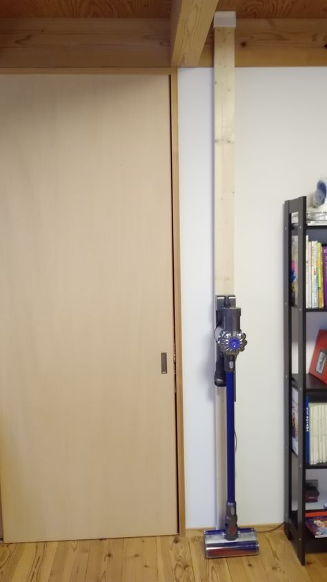 2 4版のツッパリ棒で壁に掃除機を設置 ダイソン 収納 ダイソン