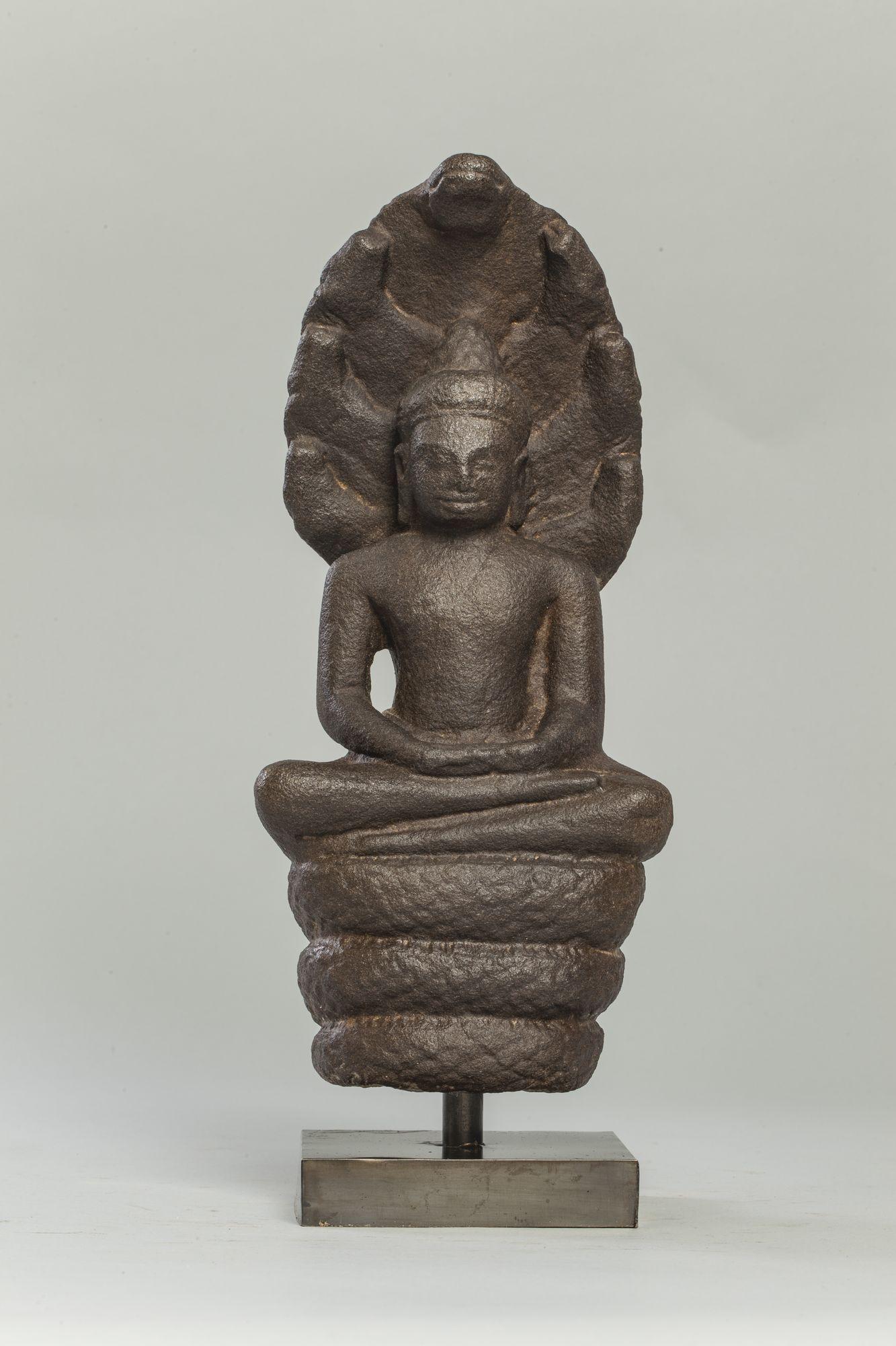 Bouddha Mucilinda assis en méditation sur le corps du Naga sept acéphale déployant son chaperon pour le protéger du déluge. Pierre grès gris. Site du Bayon. Khmer. Cambodge. 12 ème à 13 ème siècle. Ht 30cm x larg 13 cm