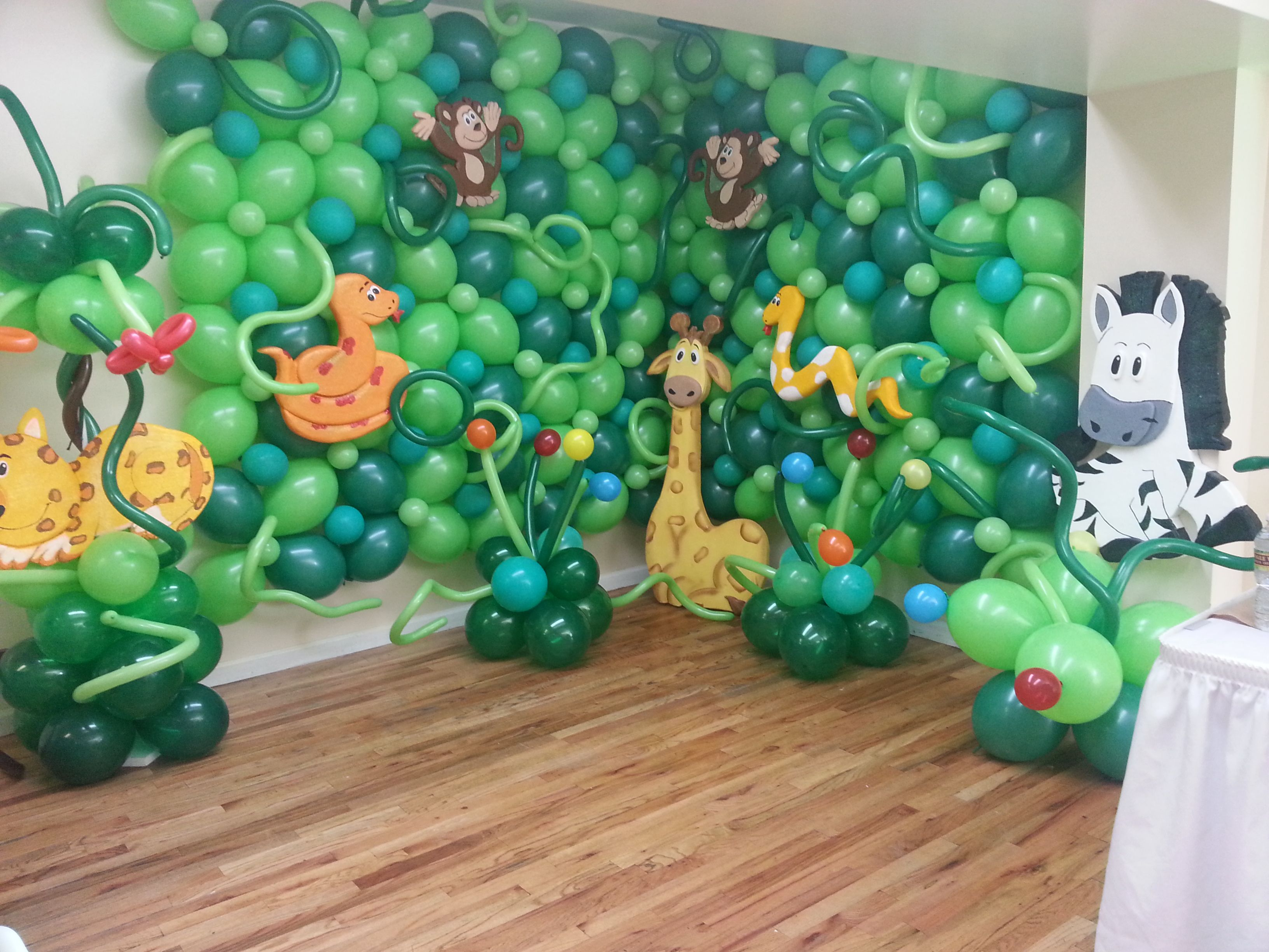 Jungle theme 1st birthday balloon wall art with animal for Balloon decoration on wall for birthday