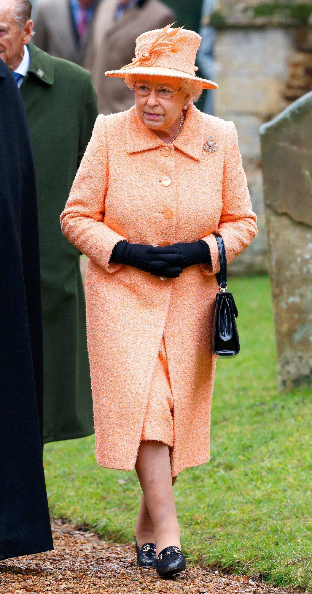 How Queen Elizabeth S Spectrum Of Rainbow Of Coat Dresses Acts Like A Mood Ring Queen Elizabeth Her Majesty The Queen Fashion [ 2000 x 1052 Pixel ]