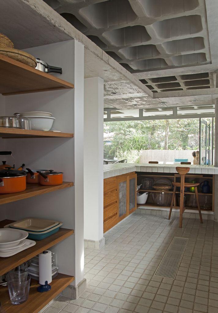 Na cozinha usamos uma mistura de armários em alvenaria com madeira ...