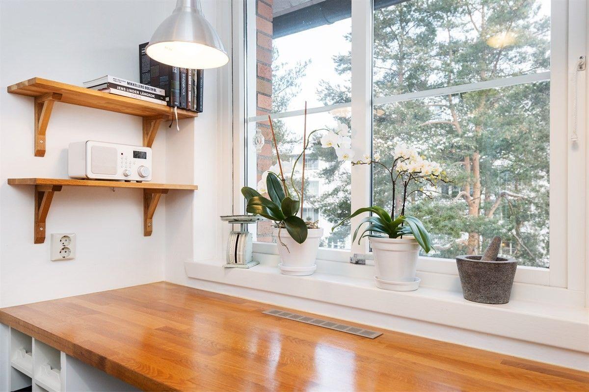 FINN – TONSENHAGEN   Lys og delikat 3-roms toppleilighet med solrik balkong, flott utsikt og oppusset baderom. Vv. & fyring inkl. i felleskostnader.