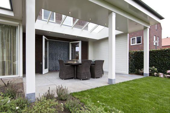 Veranda aan huis wit vlak plafond overkapping