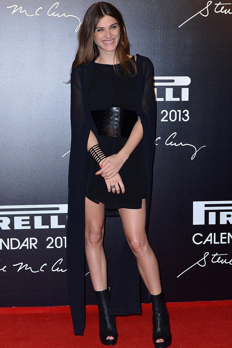 Diez cosas que deberías saber sobre Elisa Sednaoui: con capa y vestido negro