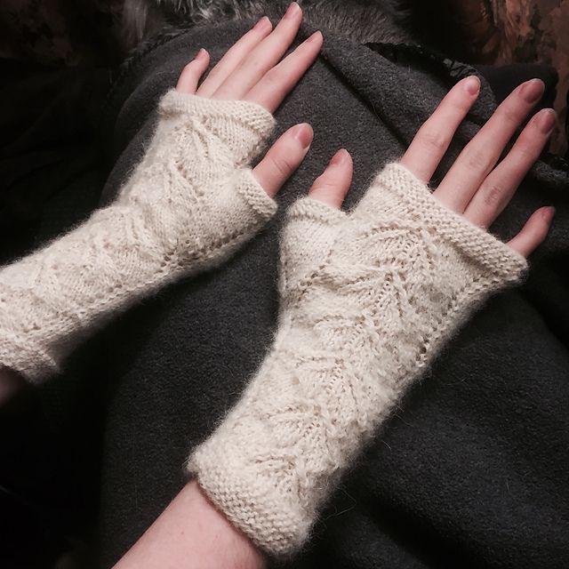Ravelry: Lacy leaves fingerless gloves pattern by Lea Bronnenkant