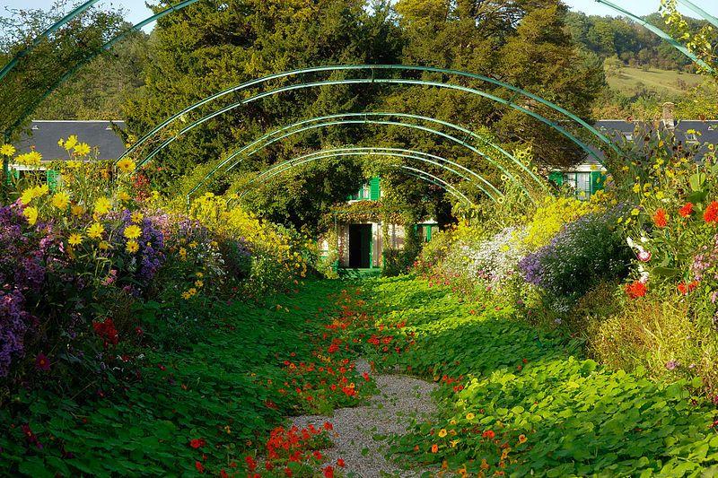 Jardin de Claude monet à Giverny - le Clos Normand -   allée principale