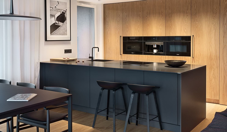 Ciemna Kolorystyka Minimalistyczne Formy I Szlachetne Materialy Tak Mozemy W Skrocie Podsumowac Aranzacje Widocznej Na Custom Kitchen Kitchen Island Design
