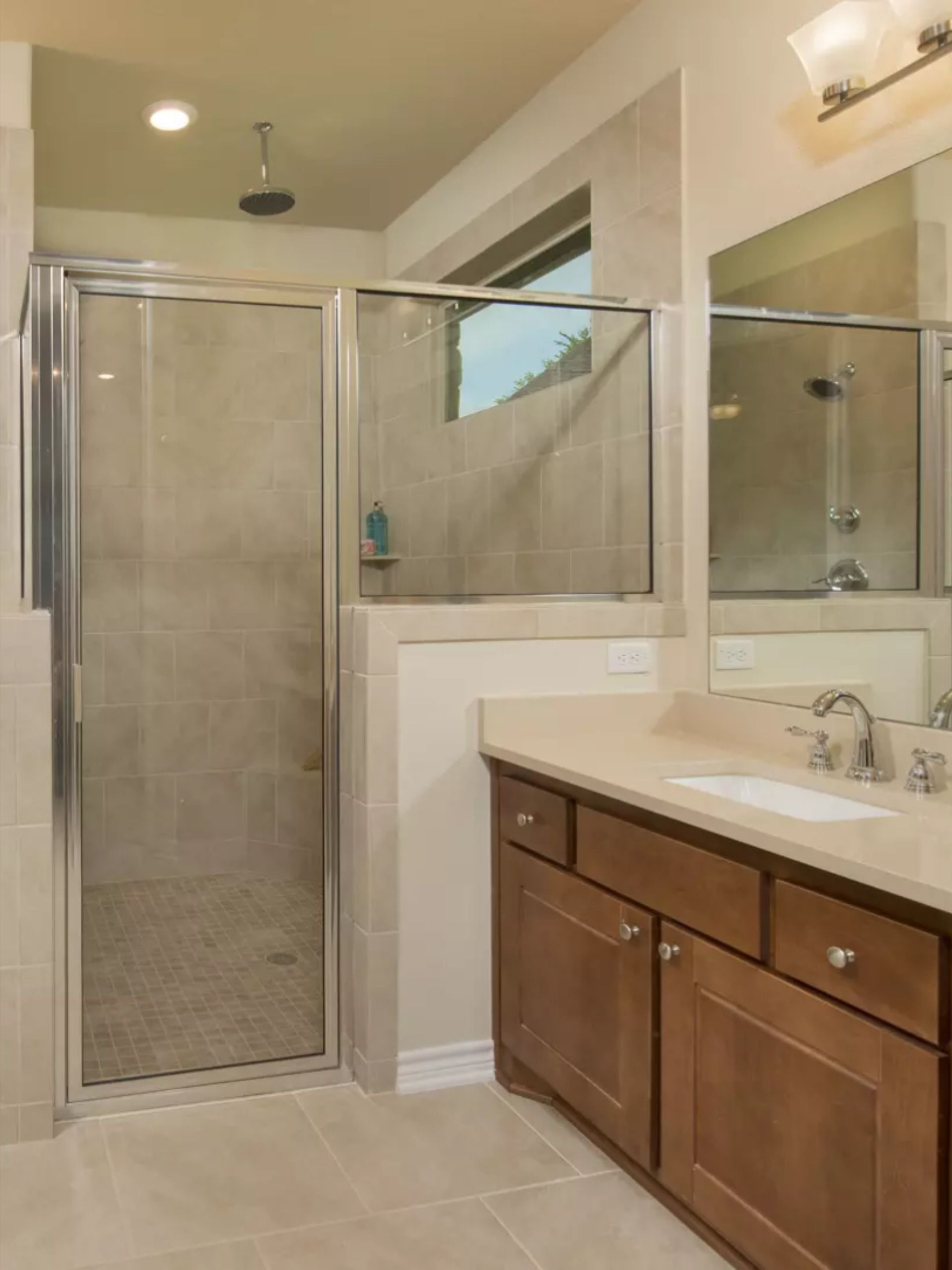 The Crockett S Master Suite Features Quartz Counter Tops Stained