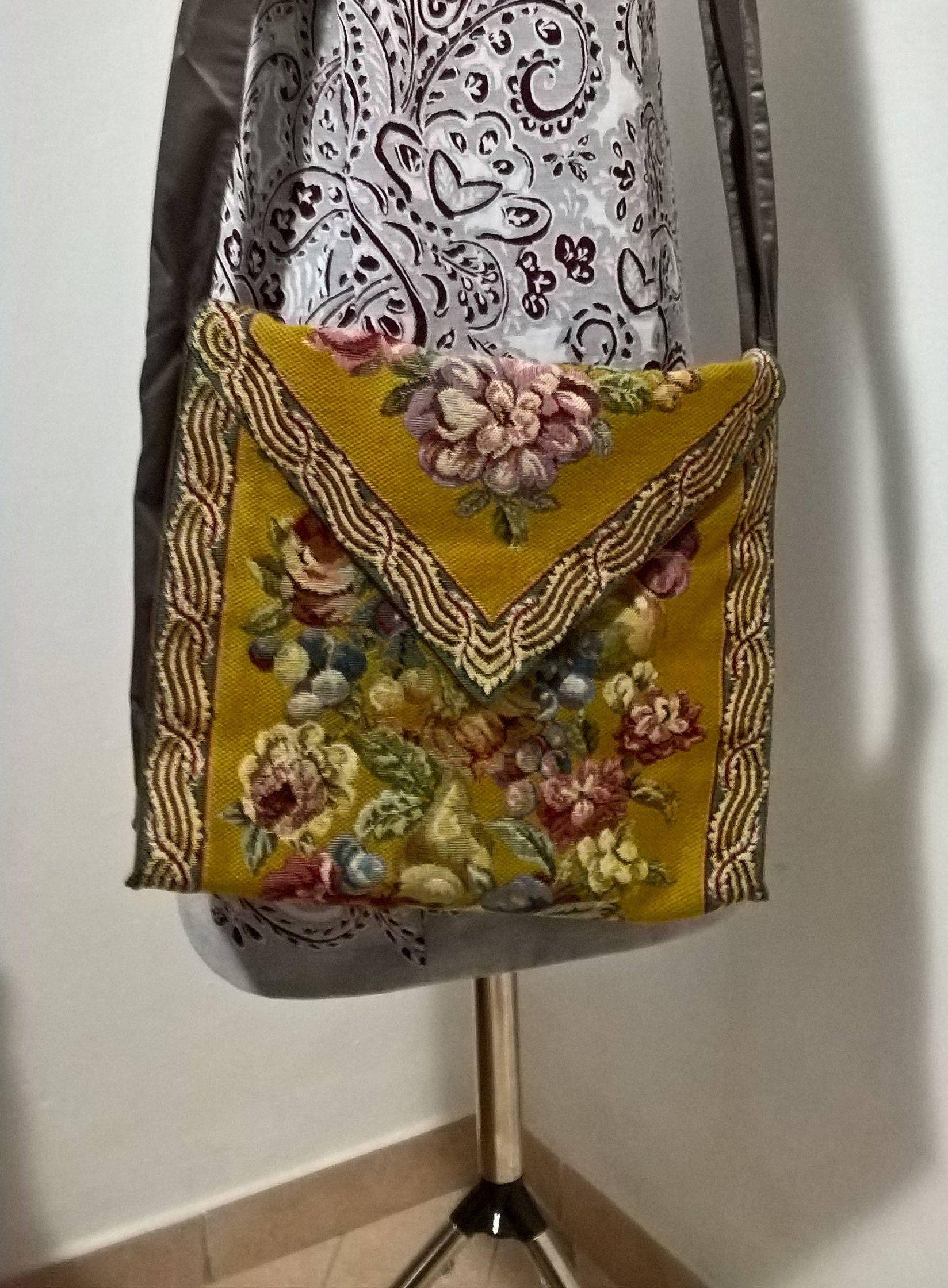 e871941fa4 Borsa a tracolla di tessuto, realizzata a mano, foderata al interno, con  comode tasche,modello unico e originale per regalo fatto con amore di ...