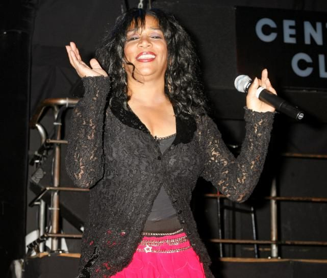 awesome Joni Sledge del grupo 'We Are Family' Hermana Sledge muere a los 60 años | Reuters