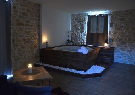 Chambre avec jacuzzi privatif et terrasse, proche Nimes Jacuzzi
