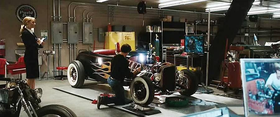 Tony starks garage google search set inspiration for Garage tony auto