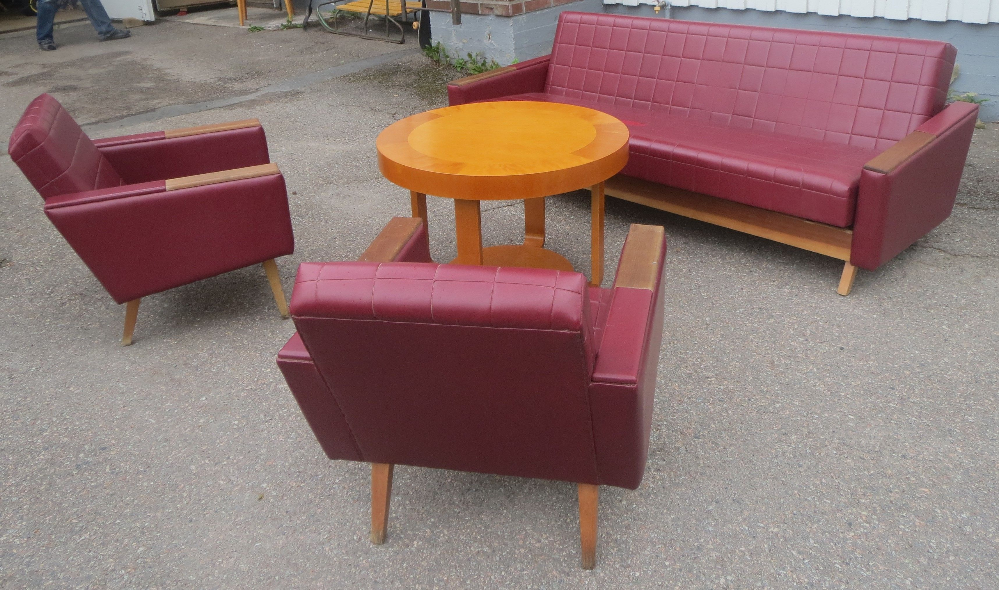60-luvun sohvakalusto, sohvan istuimessa värivirhe, puuosissa kulumaa. Ehjä. MYYTY.