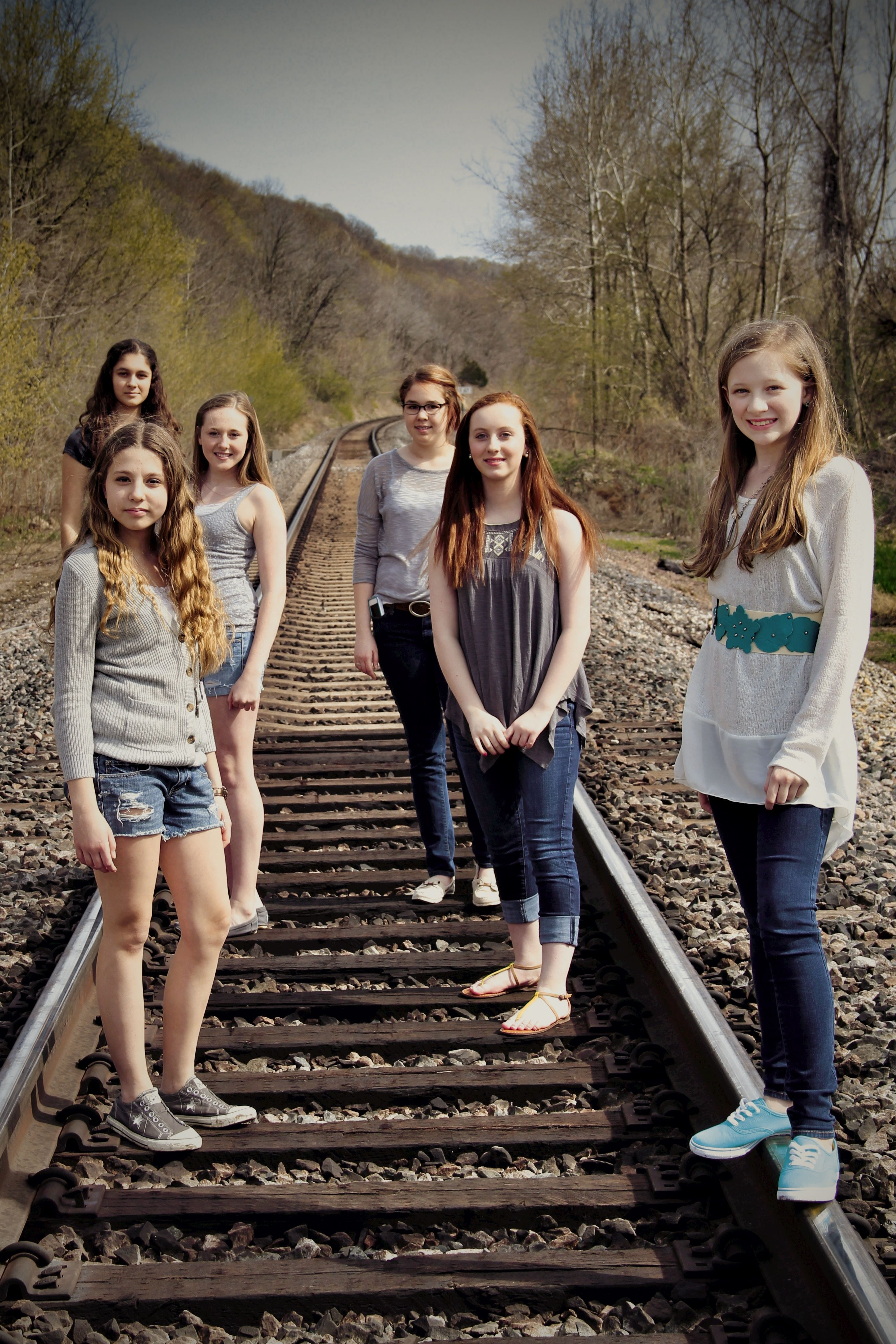 Bff photos train tracks 2 best friends photo shoot for Photoshoot ideas for groups