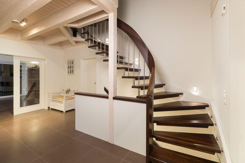 Treppe in dunklem holz