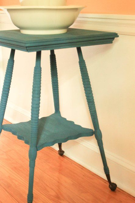flow blue turned leg spindle table