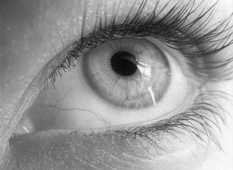 Italian artist flavio apel specializes in hyper realistic pencil drawings that rival high resolution photos his drawings of eyes seem perfect to the