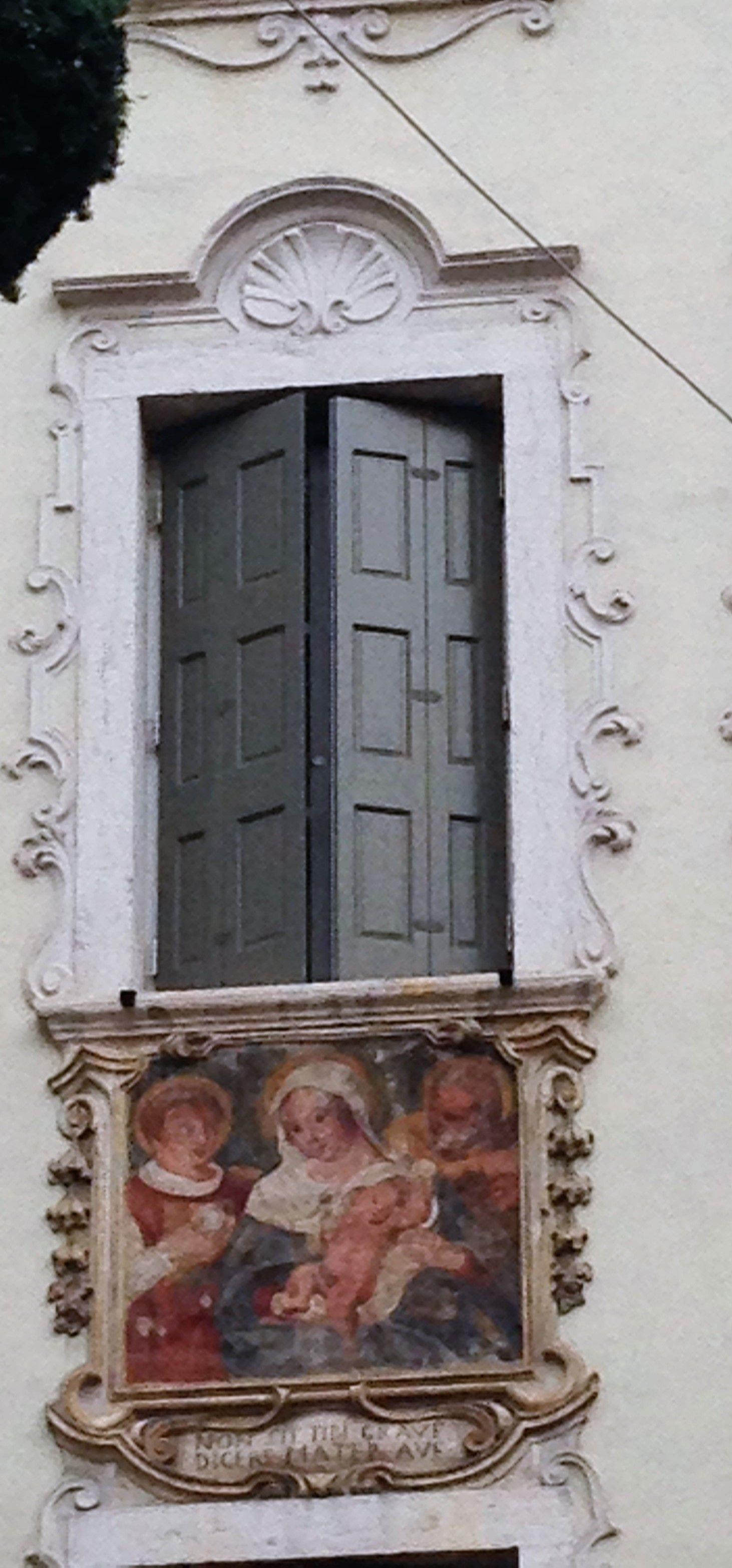 Finestra con decorazione a Rovereto