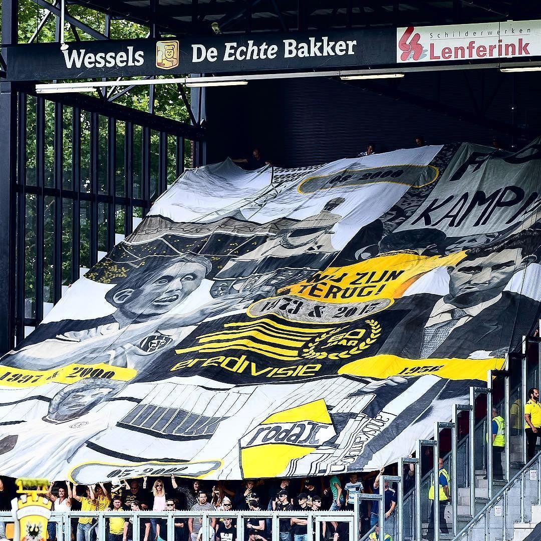 Roda JC verliest vandaag met 2-0 van Go Ahead Eagles. Een van de weinige hoogtepunten van dit duel kwam van onze supporters. Ter ere van '60 jaar Eredivisie' werd dit schitterende doek over het uitvak gehesen. Respect! #vierzuntroda