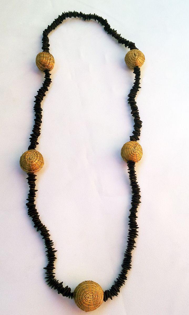 9e322fbad269 Collar de semillas de pachaca y esferas de Oro Vegetal (Capim  dorado).Disponible en www.shibabisuteria.com