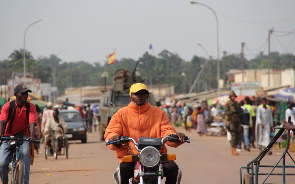 Un blindado español durante una patrulla por las calles de Bangui (Trinidad Deiros).