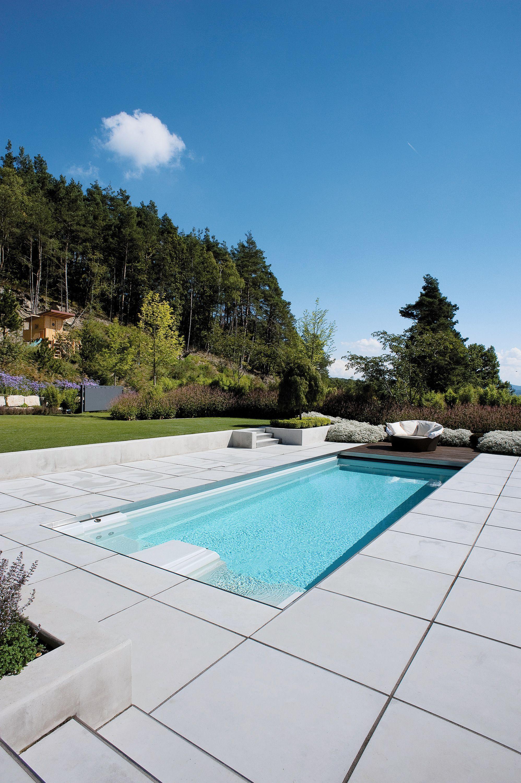 Luxurioser Pool In Der Natur Mit Hellen Terrassenplatten Als