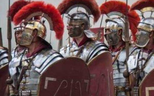 Ecco i colori piú amati dagli antichi romani Rosso porpora, rosso scarlatto e biano lana erano i tre colori preferiti nell'Impero Romano. Le ragioni di questa scelta erano simboliche e anche pratiche. I rossi rappresentavano potere, politico, e #moda #roma #colori #impero #rosso
