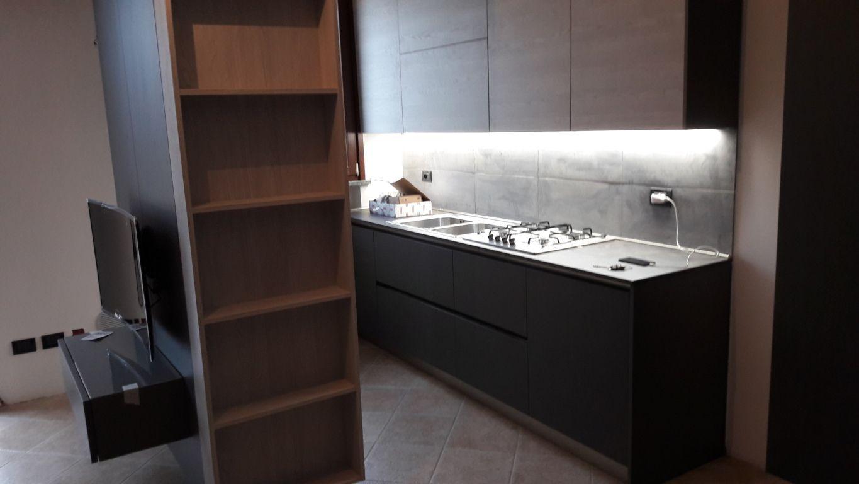 Cucina moderna, con colonna forno e frigo che funzionano anche da ...