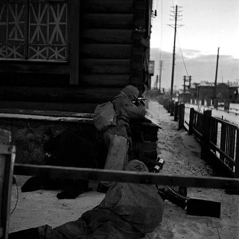 Karhumäki oli ainoa kaupunki, jossa suomalaiset joukot joutuivat asutuskeskustaisteluihin. Tulitoimintaa Karhumäen kadulla itsenäisyyspäivänä 1941. Kuvaaja: Tauno Norjavirta
