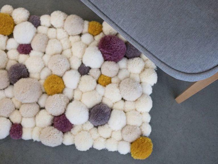 Tutoriales DIY: Cómo hacer una alfombra de pompones vía DaWanda.com