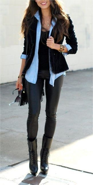 schwarzes Samtsakko, hellblaues Jeanshemd, schwarzes T-Shirt mit einem Rundhalsausschnitt, schwarze Lederleggings für Damen