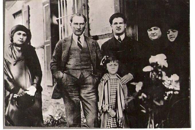 ATATÜRK' ün aile resimlerinden biri...