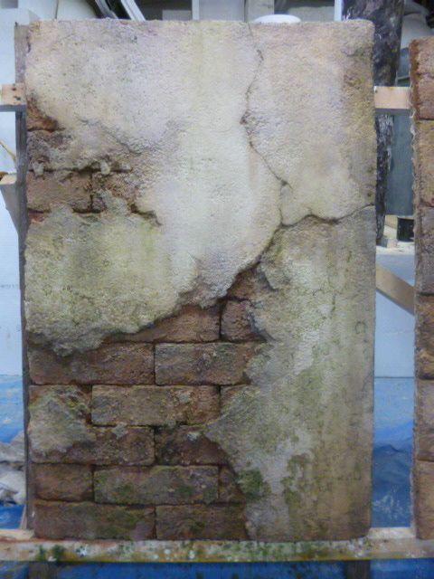 モルタル造形 漆喰が剥がれてレンガが見えているという設定 定番で これは外部で苔が生えてる演出 エイジング塗装 モルタル 造形